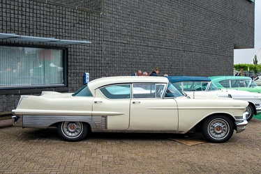 Cadillac 60 Special Fleetwood 1957 cream side